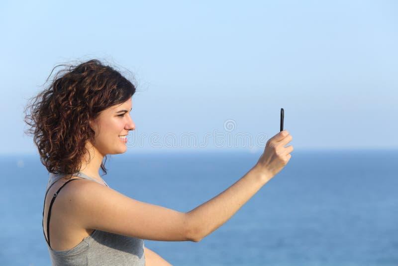 Kobieta robi fotografii z telefonem komórkowym zdjęcie royalty free