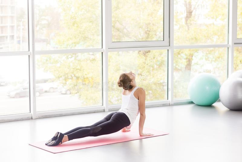 Kobieta robi joga, kobry poza, Bhujaá ¹… gÄ  Sana postura obraz stock