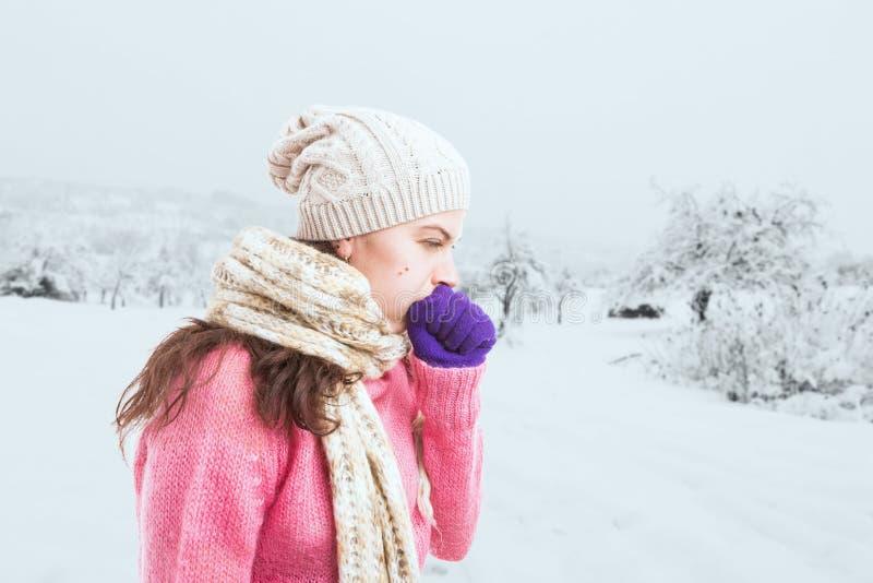 Kobieta robi kasłać gest i nakrywkowego usta z pięścią fotografia stock