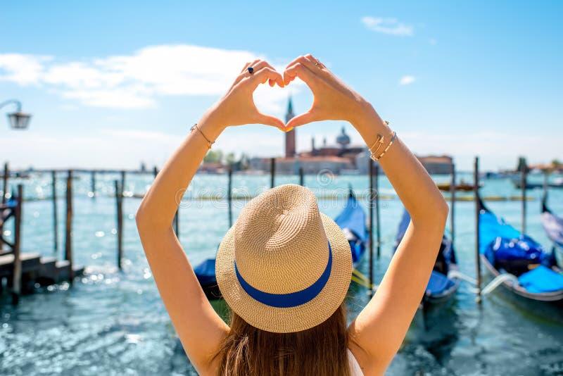 Kobieta robi kierowemu kształtowi w Wenecja zdjęcia stock