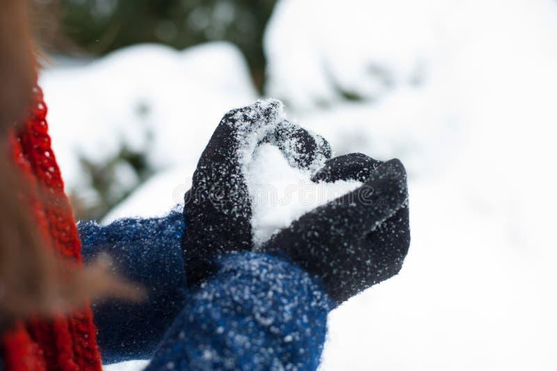 Kobieta robi kierowemu symbolowi z śnieżnymi rękami obrazy royalty free