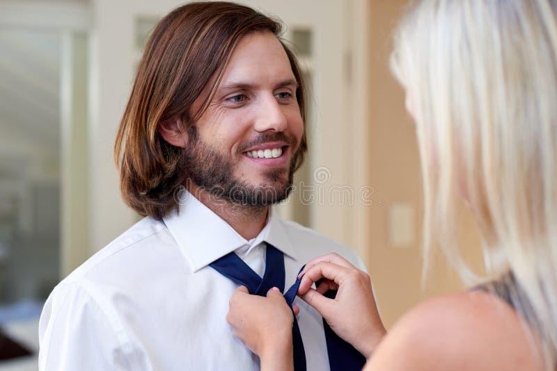 Kobieta robi mężczyzna krawatowi zdjęcia royalty free