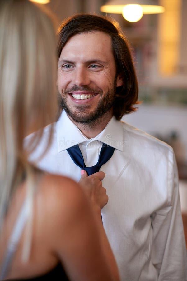 Kobieta robi mężczyzna krawatowi obraz royalty free