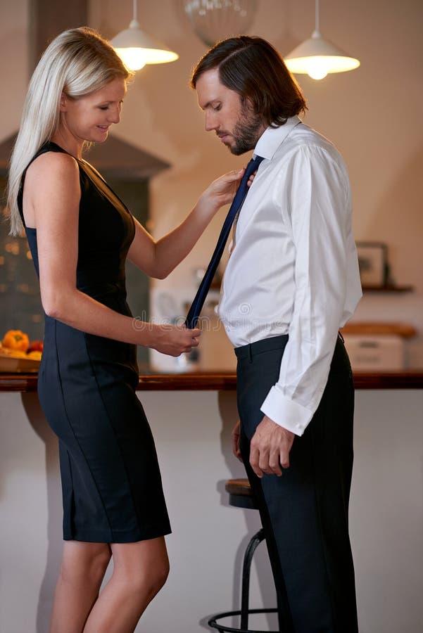 Kobieta robi mężczyzna krawatowi fotografia stock