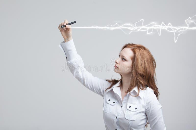 Kobieta robi magicznemu skutkowi - błyskowa błyskawica Pojęcie copywriting lub pisać zdjęcie royalty free
