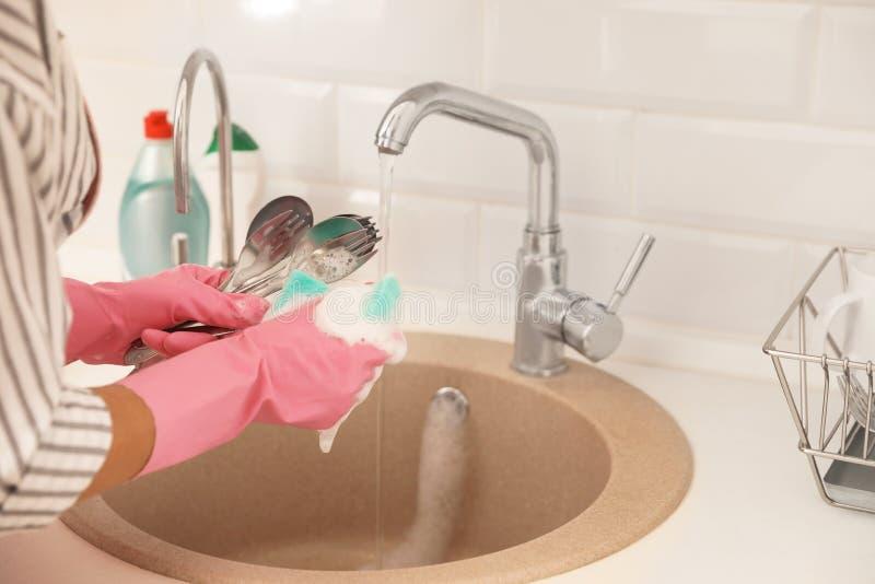 Kobieta robi myć w górę kuchennego zlew w, zbliżenie widok zdjęcie stock