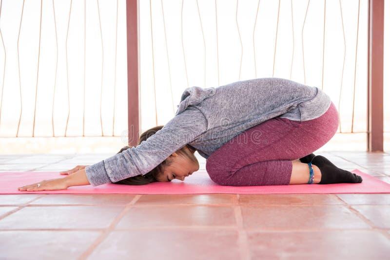 Kobieta robi niektóre joga treningowi obrazy royalty free