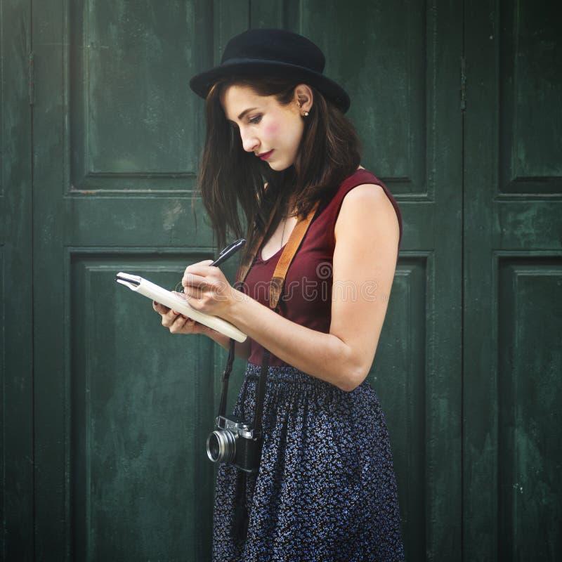 Kobieta Robi notatkom Na zewnątrz miasta pojęcia obraz royalty free