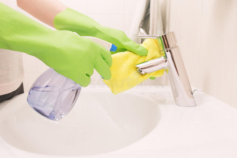 Download Kobieta Robi Obowiązek Domowy W łazience Zdjęcie Stock - Obraz złożonej z guma, basen: 53786614