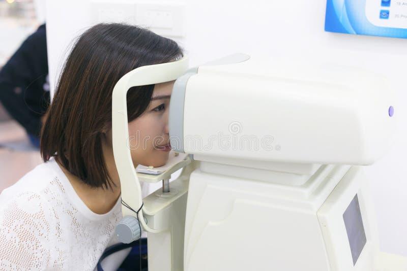 Kobieta robi oko testowi z optometrist maszyną w oko widoku clini obrazy stock
