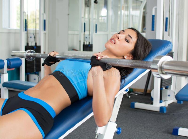 Kobieta robi treningowi w gym udźwigu światła ciężarach Psychologiczny dostosowanie Bawi się odżywianie zdjęcie royalty free