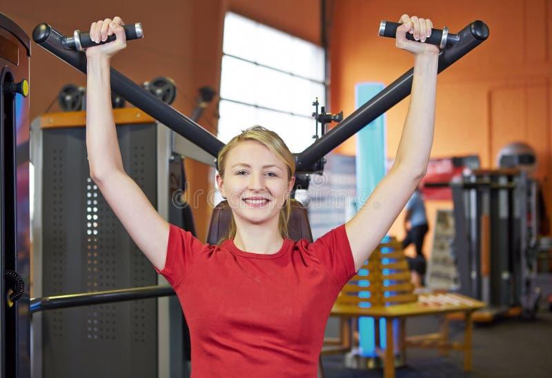 Download Kobieta Robi Tylnym ćwiczeniom Dalej Zdjęcie Stock - Obraz: 27865654