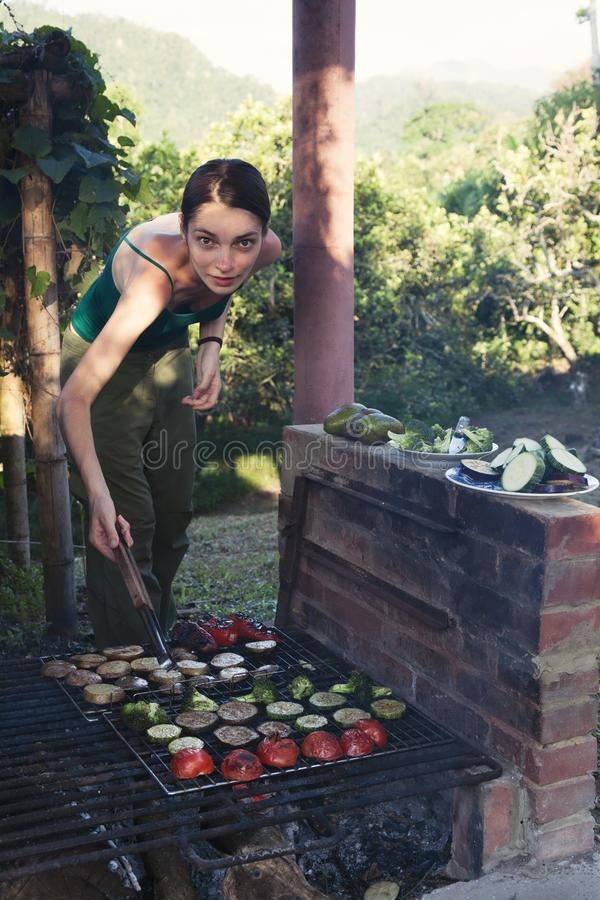 Kobieta robi veggie grillowi outdoors zdjęcie stock