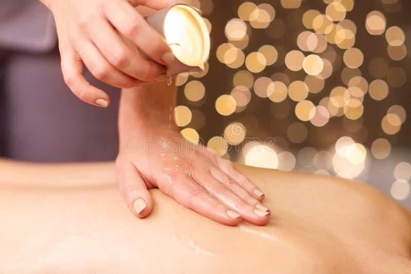 Kobieta robi z powrotem masażowi z gorącym olejem przy zdrojem fotografia stock