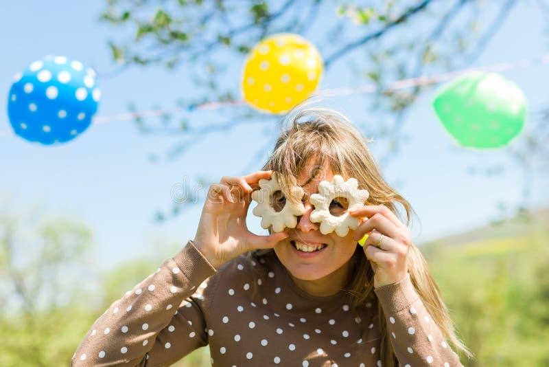Kobieta robi zabawie - szkła od domu robić zasychają zdjęcie royalty free