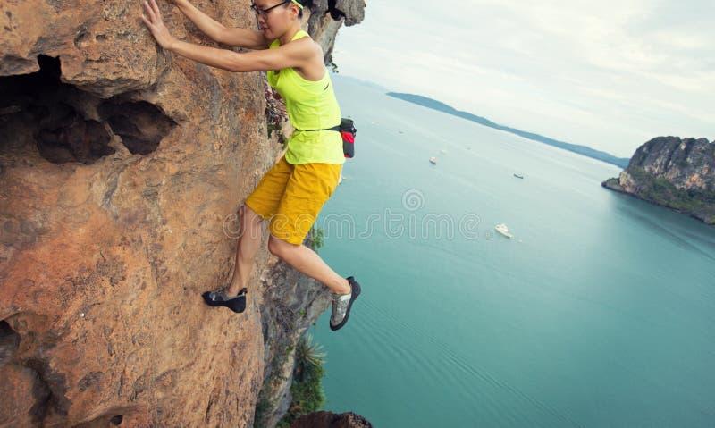 Kobieta rockowego arywisty pięcie przy nadmorski falezą zdjęcia royalty free