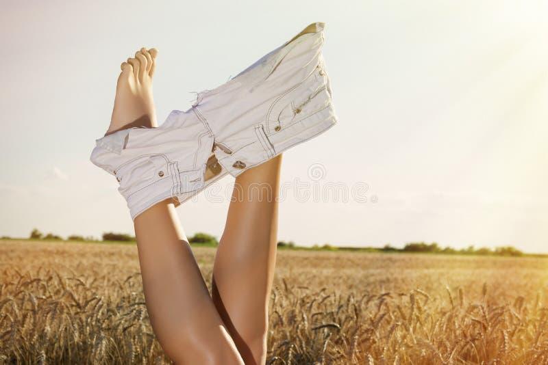 Kobieta rozbiera się skróty w pszenicznej koronie Lata nieba above pole zdjęcia stock