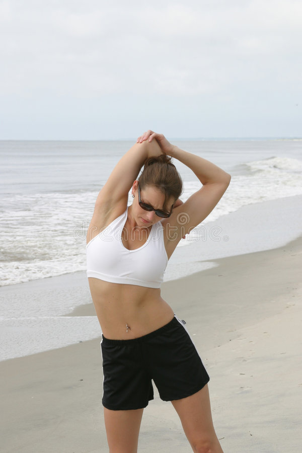 kobieta rozciąganie plażowa zdjęcia royalty free