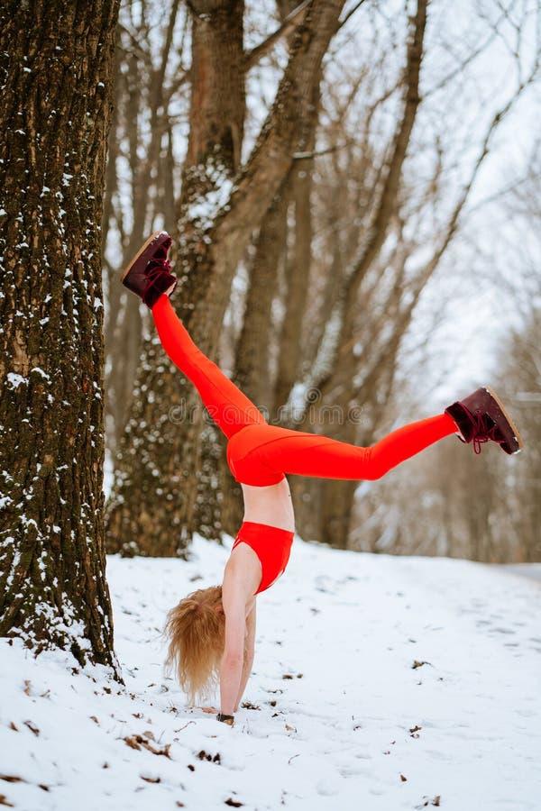 Kobieta rozgrzewkowa w górę, ranek zimy szkolenie obraz royalty free