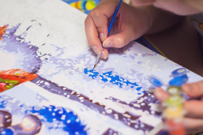 Kobieta rysuje farbę liczbami obrazy royalty free