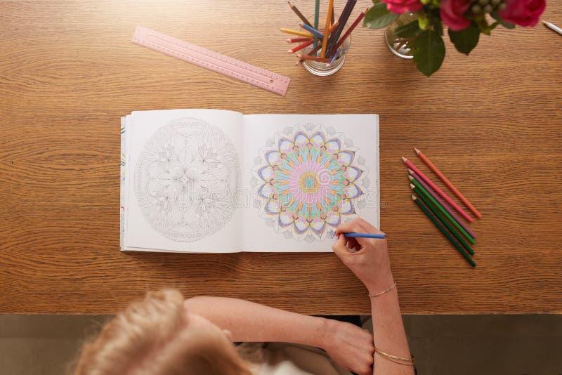 Kobieta rysunek w dorosłej koloryt książce obrazy royalty free