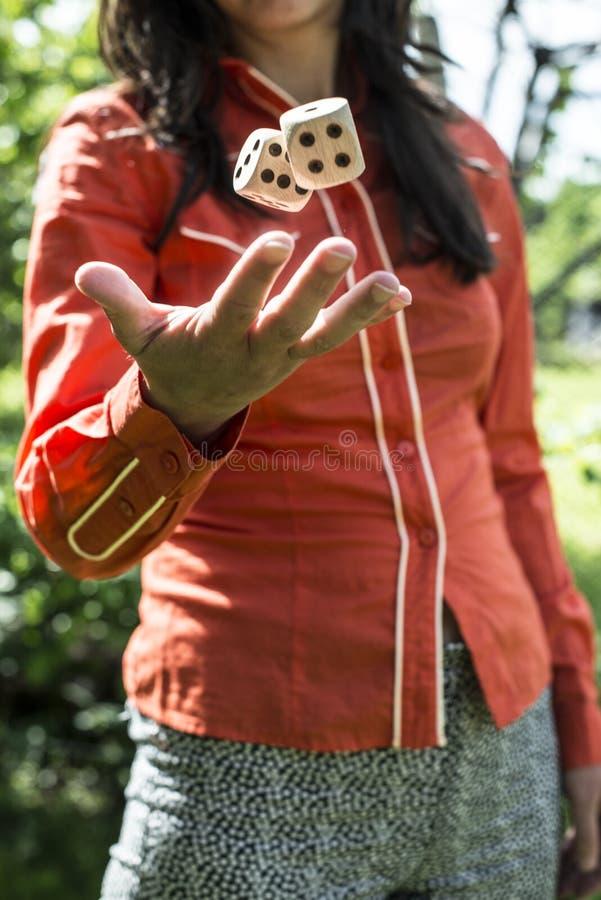 Kobieta rzuca kostki do gry zdjęcie stock