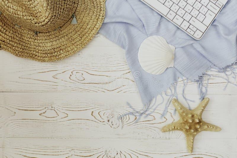 Kobieta słomiany kapelusz, błękit etola, klawiatura, seashell, rozgwiazda na białym drewnianym tle i miejsce dla teksta, katya la zdjęcie stock