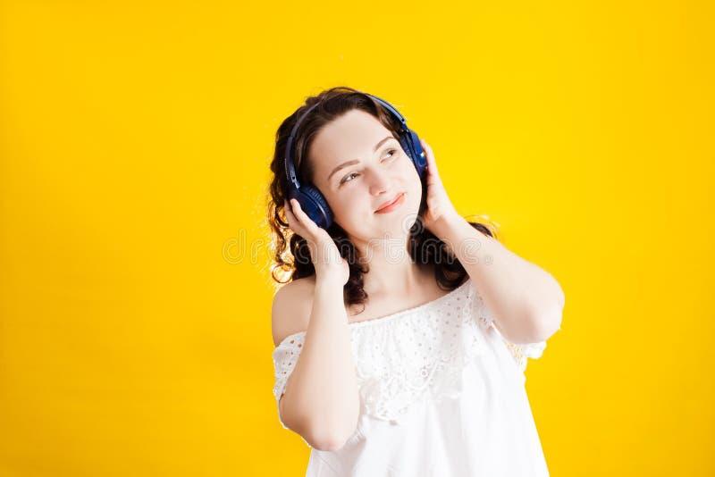 Kobieta słucha muzykę w bezprzewodowym hełmofonie obrazy stock