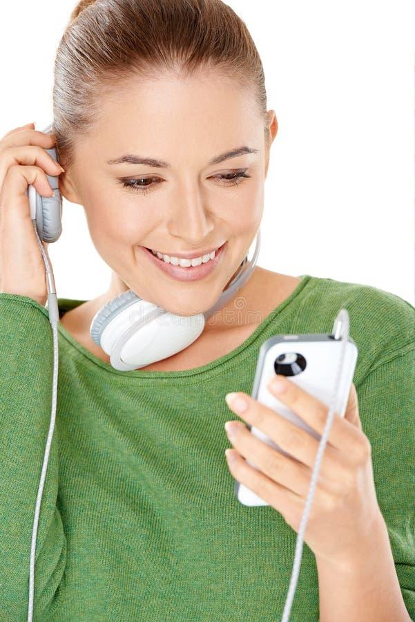Kobieta słucha nowy muzyczny ściąganie obrazy royalty free