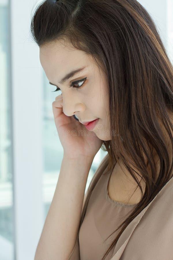 Kobieta słucha rozmowa telefonicza obrazy stock