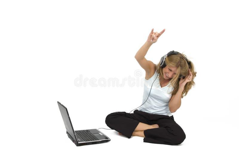 kobieta słyszy muzykę fotografia stock