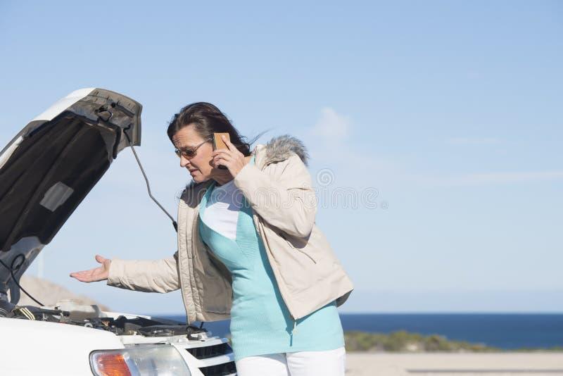 Kobieta samochód psuł się pomoc obraz royalty free