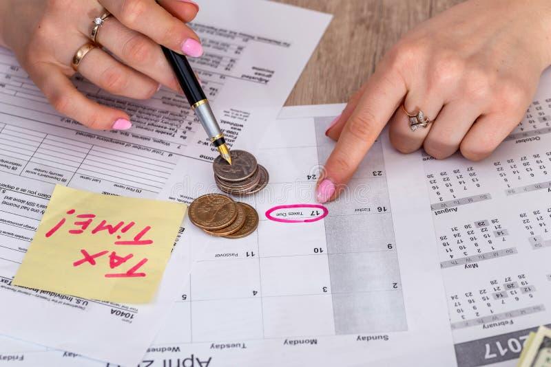 Kobieta segreguje USA podatku formę zdjęcie stock