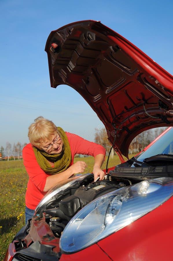 Kobieta senior i łamany samochód zdjęcia stock