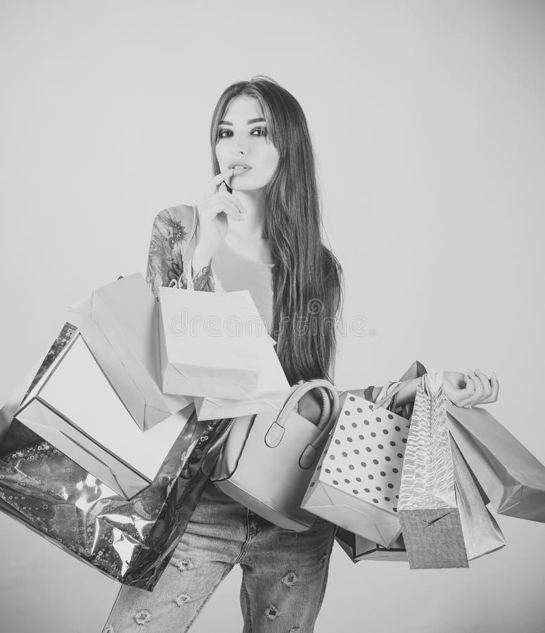 Kobieta shopaholic z papierowymi torbami, sprzedaż fotografia royalty free