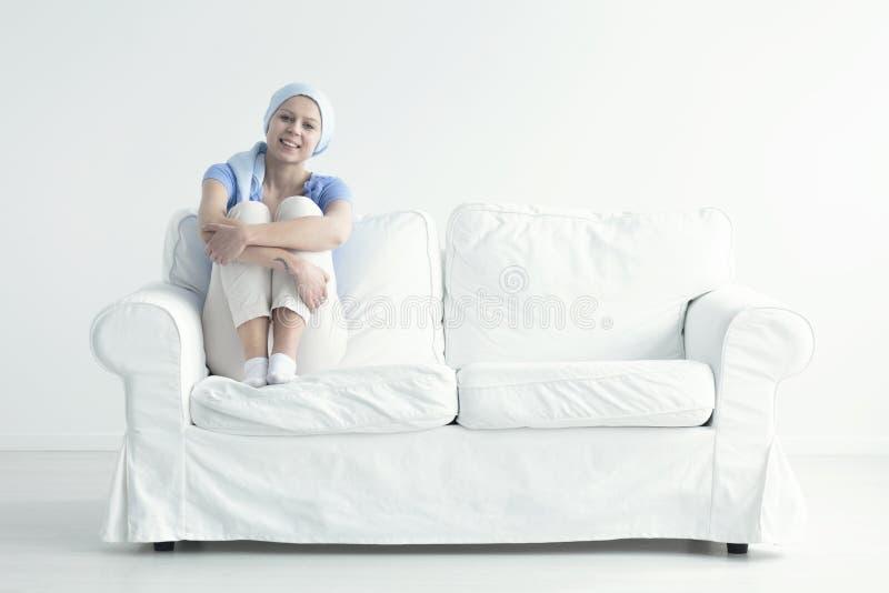 kobieta siedząca kanapy zdjęcia royalty free