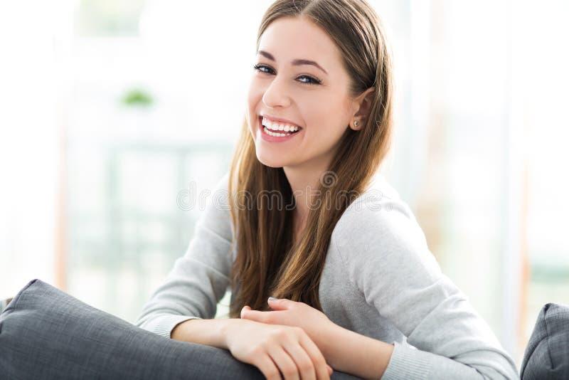 kobieta siedząca kanapy zdjęcie stock