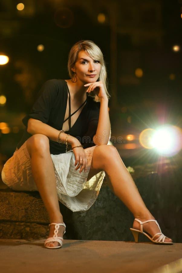 kobieta, siedząca uliczna obrazy stock