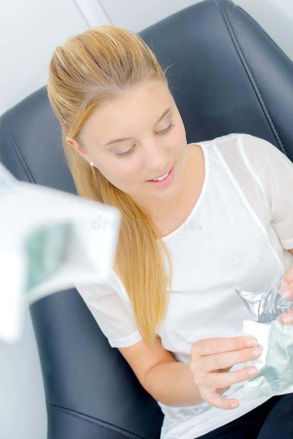 Kobieta siedząca w dentysty krześle zdjęcia stock