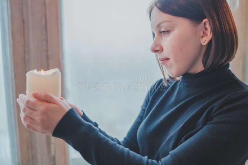 Kobieta siedzi na okno fotografia stock