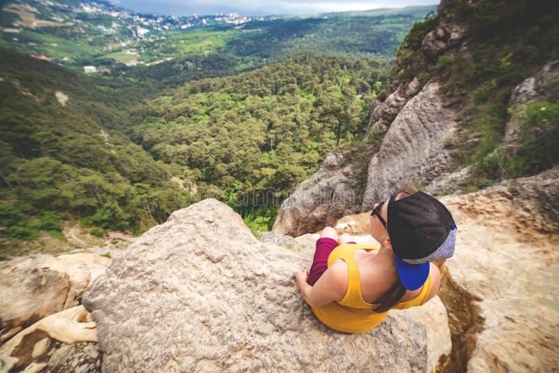 Kobieta siedzi na skale obrazy royalty free
