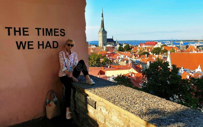 Kobieta siedzi na Starym ściennym balkonie w Starym miasteczku Tallinn balkonowy widok na miasto podróży Estonia turystyka zdjęcia royalty free