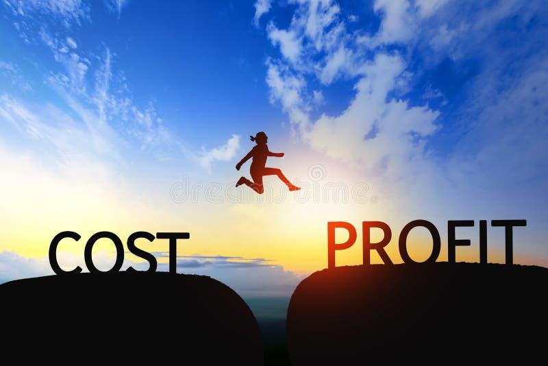 Kobieta skacze przez przerwy między kosztem ZYSKIWAĆ na zmierzchu zdjęcia royalty free