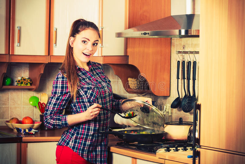 Kobieta smaży marznących warzywa Fertanie dłoniak obraz royalty free