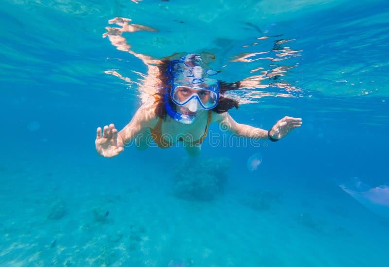 Kobieta snorkeling nad rafa koralowa obrazy stock