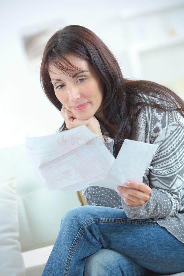Kobieta sortuje nasz finanse obrazy royalty free