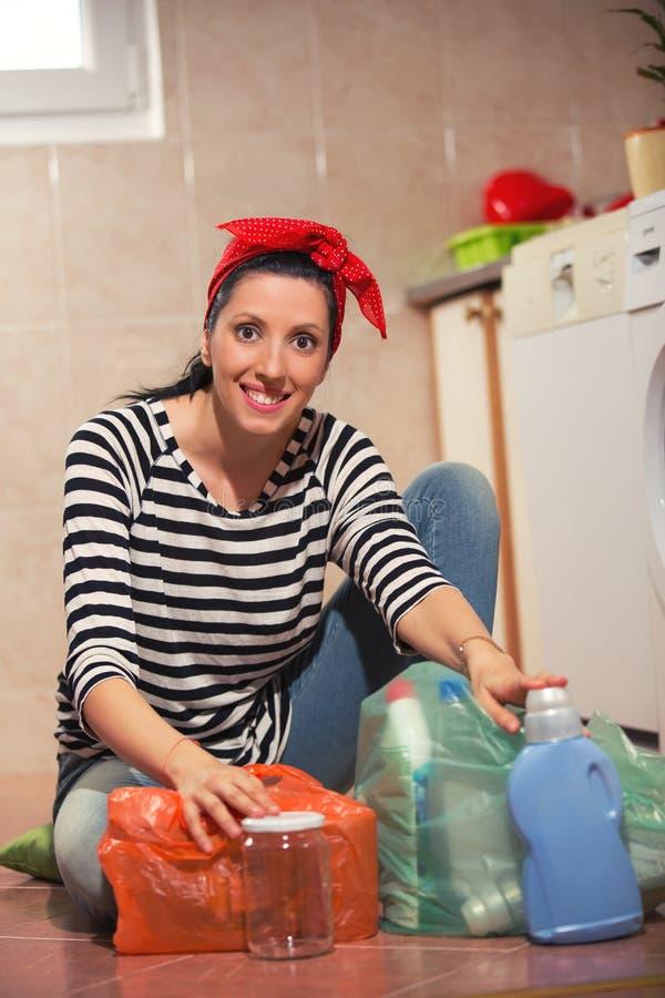 Kobieta sortuje różnego odpady obrazy stock