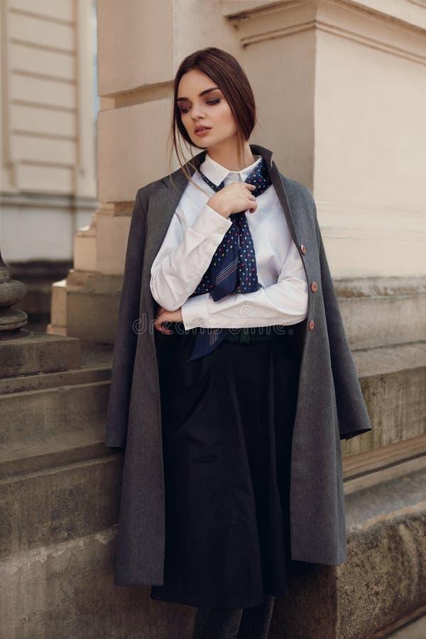 Kobieta spadku moda Piękny model W modzie Odziewa W ulicie obraz stock