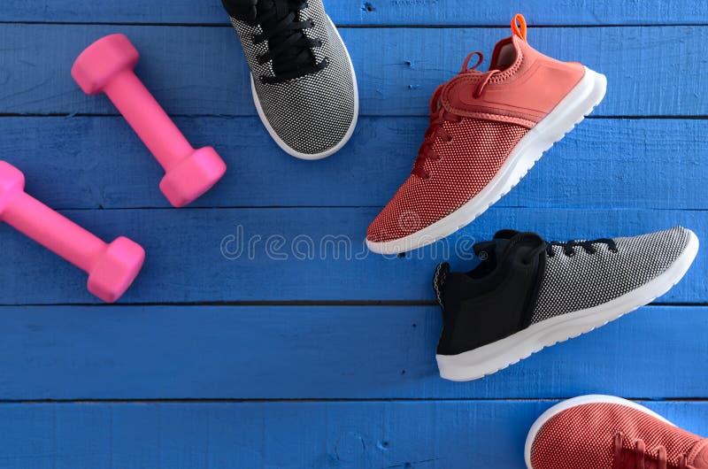 Kobieta sporta obuwia czerwień, czarny i biały sneakers i equipm, fotografia stock