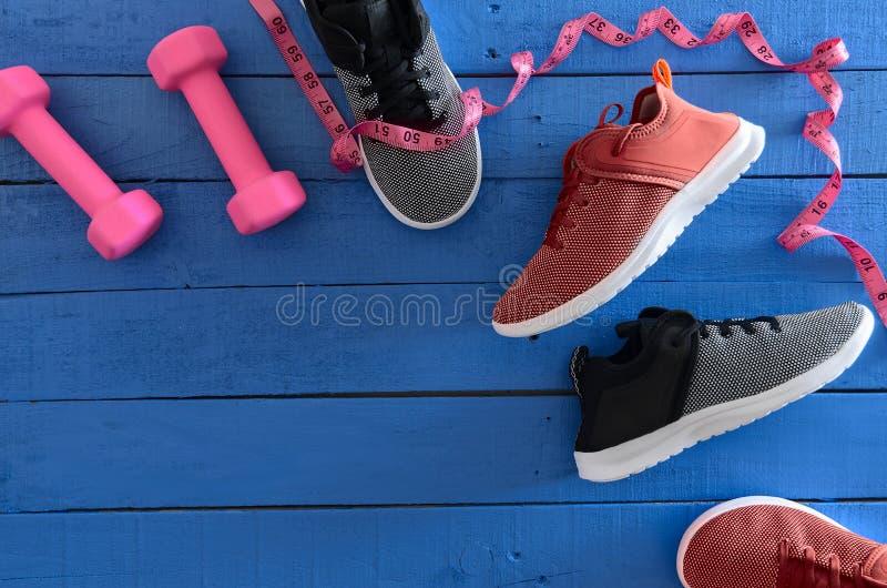 Kobieta sporta obuwia czerwień, czarny i biały sneakers i equipm, obraz royalty free